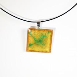 Pendentif carré jaune / orange et vert en peinture et résine