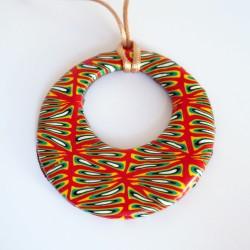 Pendentif hippie, rond et coloré (rouge, jaune, vert, blanc et noir)