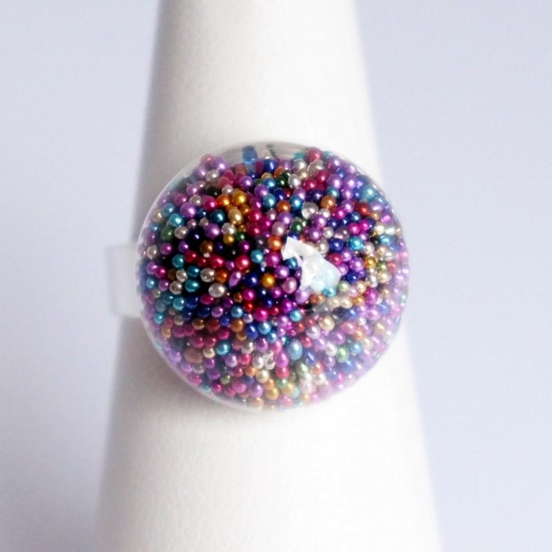 Bague multicolore en micro-perles dans un dôme en verre