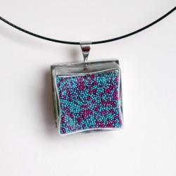 Pendentif en micro-billes turquoises et roses