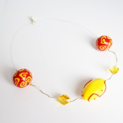 Collier mi-long jaune et rouge avec perles en argent, faites-main et en cristal