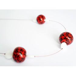 Collier mi-long avec des perles rouges et noires réalisées à la main