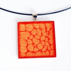 Pendentif carré orange et jaune à écailles