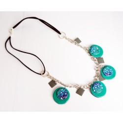 Collier mi-long vert, turquoise et gris avec une chaîne argentée et des perles faites main