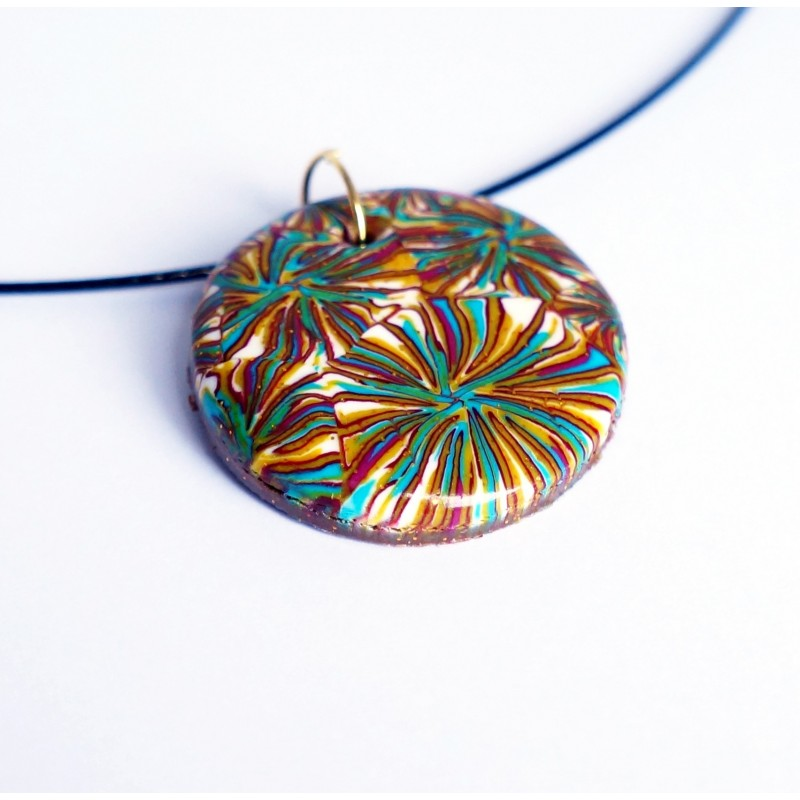 Pendentif rond multicolore (rouge, turquoise, blanc et doré) à motif feuillage