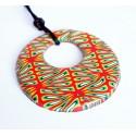 Pendentif hippie, rond et aux couleurs vives (rouge, jaune, vert, noir et blanc)