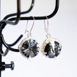 Boucles d'oreilles fantaisie grises et argentées en cristal de Swarovski et délicas
