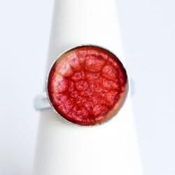 Petite bague rouge foncé à écailles en peinture et résine