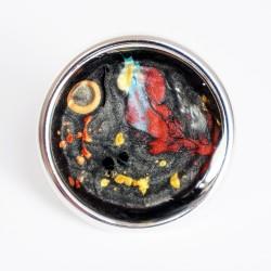 Grande bague ajustable multicolore sur fond noir en peinture et résine