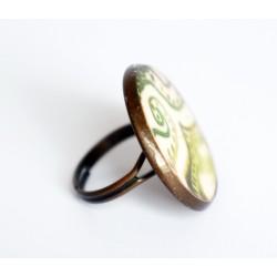 Bague verte et blanche sur un support ajustable bronze
