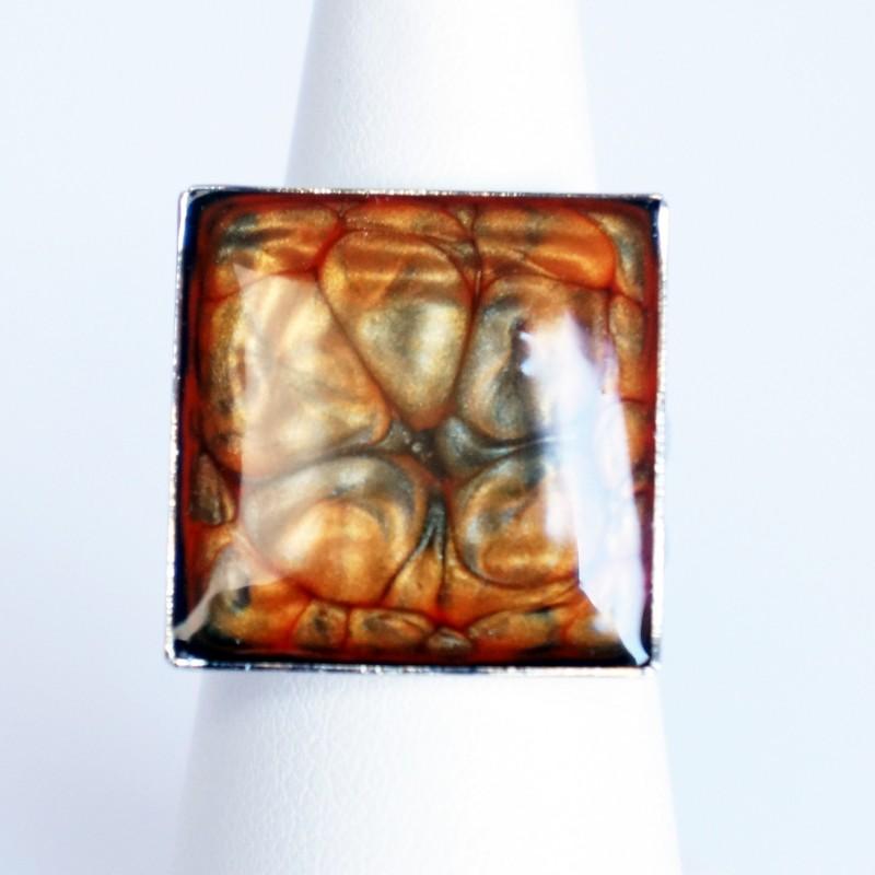 Bague carrée orange et grise à écailles