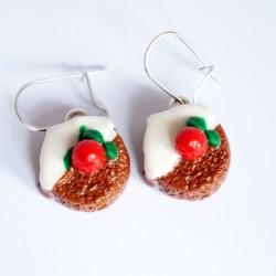 Boucles d'oreilles gâteau au chocolat, coulis blanc et fraise