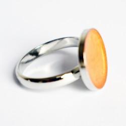 Petite bague ajustable orange à effets irisés en peinture et résine