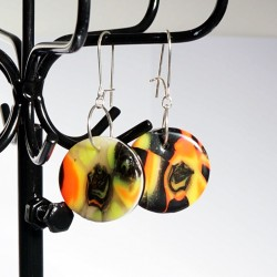 Boucles d'oreilles rondes noires, jaunes et oranges réalisées artisanalement