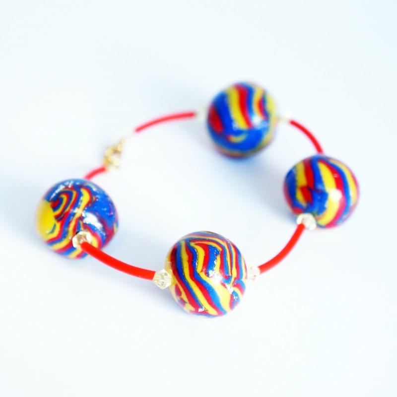 Bracelet rouge, bleu et jaune avec perles faites artisanalement