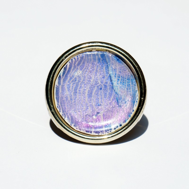 Grande bague ronde violette et rose avec des reflets métallisés