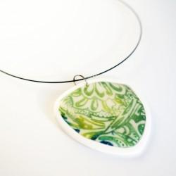 """Grand pendentif triangulaire avec un motif \\""""fleur\\"""" vert sur blanc"""