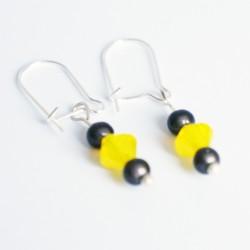 Petites boucles d'oreilles discrètes jaunes et grises