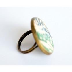 Bague ajustable verte et blanche sur un support bronze