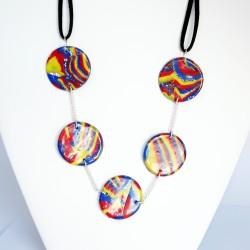 Collier multicolore aux couleurs vives avec perles plates faites à la main