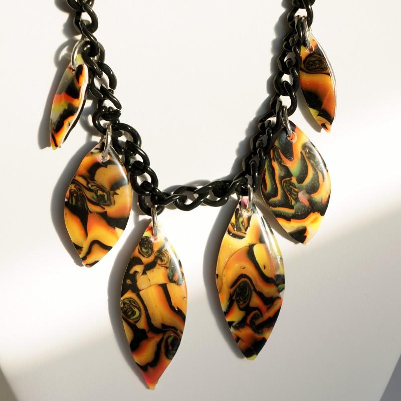 Collier mi-long multicolore avec perles allongées réalisées à la main