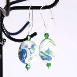 Boucles d'oreilles pendantes vertes et blanches