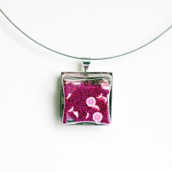 Pendentif carré en micro-billes et petites fleurs roses