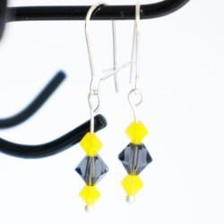 Petites boucles d'oreilles jaunes et grises réalisées à la main