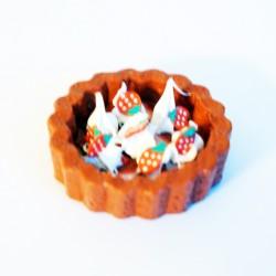 Pendentif gourmand petite tarte aux fraises avec de la chantilly