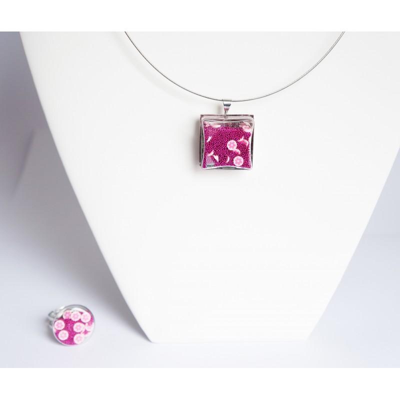 """Le """"Flower Power"""" est de retour avec cette parure rose (collier + bague)"""