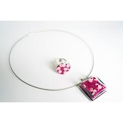 """Le \\""""Flower Power\\"""" est de retour avec cette parure rose (collier + bague)"""
