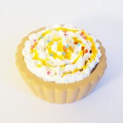 """Pendentif """"tarte"""" avec chantilly, coulis orange et paillettes multicolores"""