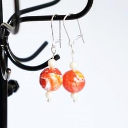 Petites boucles d'oreilles pendantes oranges et blanches