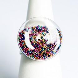 Bague en microbilles multicolores - dôme plat