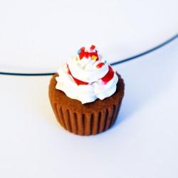 Pendentif cupcake avec chantilly, coulis rouge et paillettes multicolores