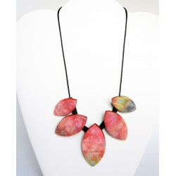 Collier ras-le-cou rouge et multicolore