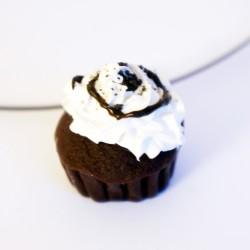 Pendentif cupcakeau chocolat avec chantilly, coulis et pépites de chocolat