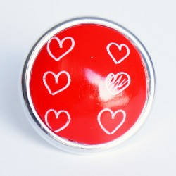 Grande bague rouge avec des coeurs blanc