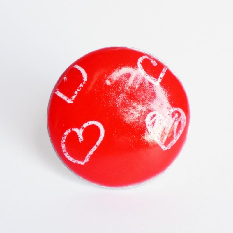 Bague rouge avec des petits coeurs blanc