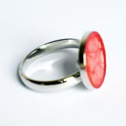 Petite bague rouge avec des reflets blancs nacrés