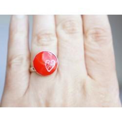 Petite bague rouge avec un petit coeur blanc