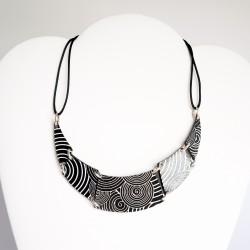Collier noir et blanc entièrement réalisé à la main