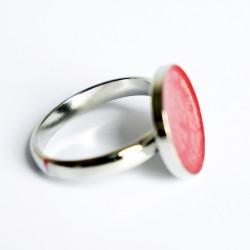 Petite bague rouge avec des effets tourbillons