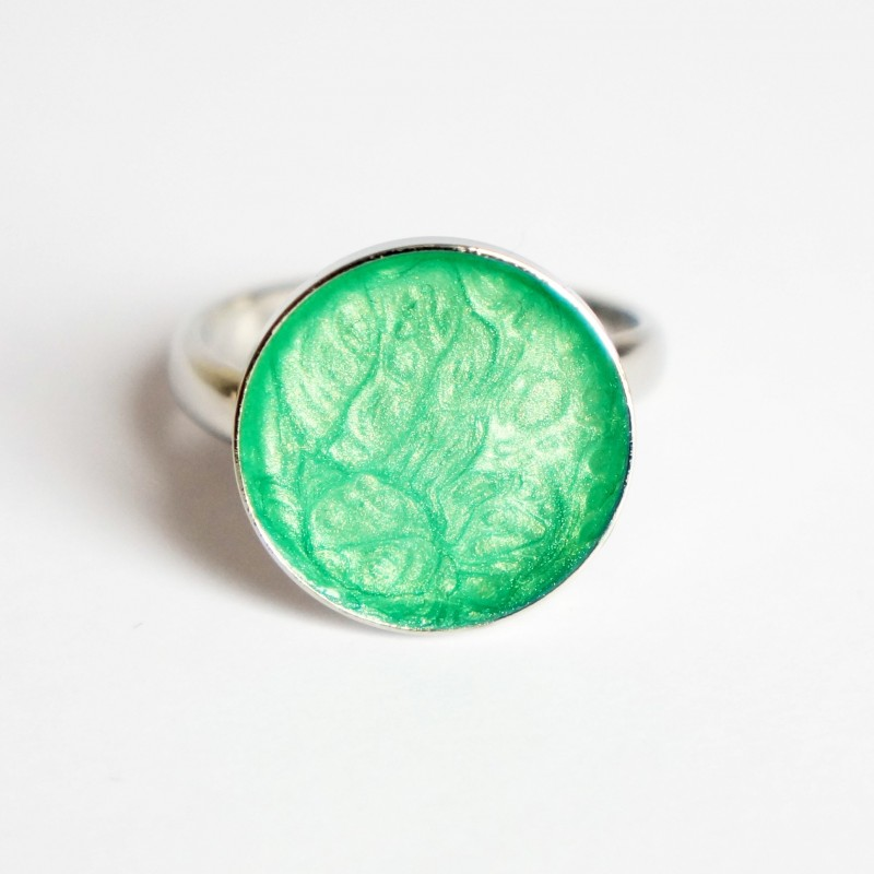 Petite bague verte avec des effets tourbillons