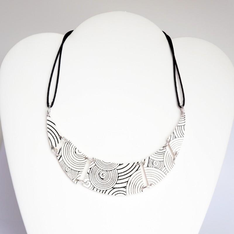Collier blanc et noir en argile polymère