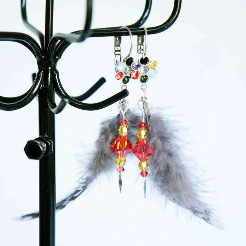Boucles d'oreilles avec des plumes grises et des perles jaunes et oranges
