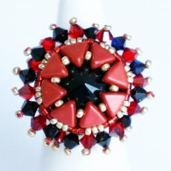 Bague rouge et noire en perles et conçue à la main