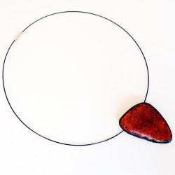 Pendentif triangulaire rouge réalisé à la main