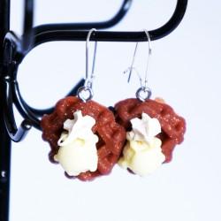 Boucles d'oreilles en gaufres de Liège avec boule de glace vanille et chantilly