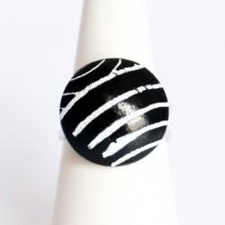 Petite bague noire avec des rayures blanches